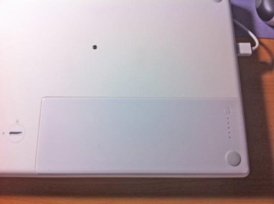 バッテリーを装着したMacbook